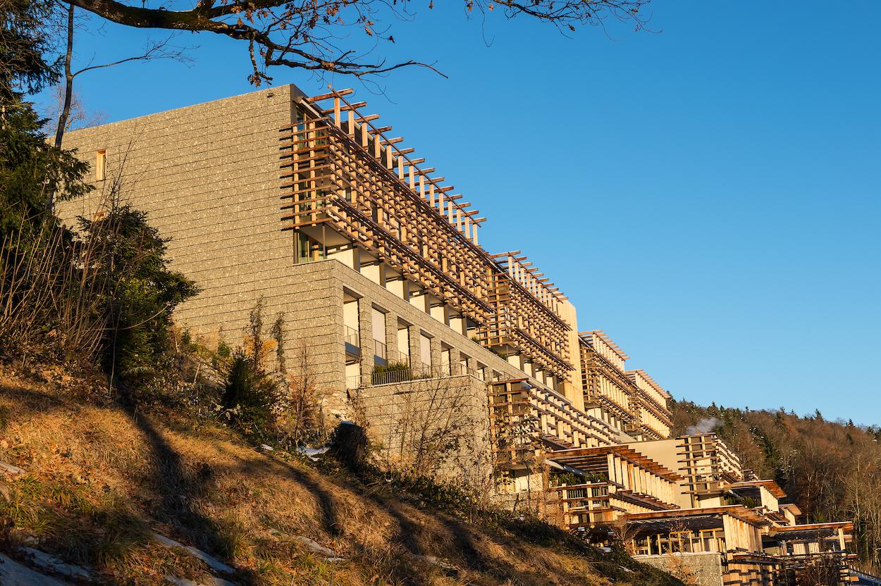 Holz dominiert die Fassade des Waldhotels.