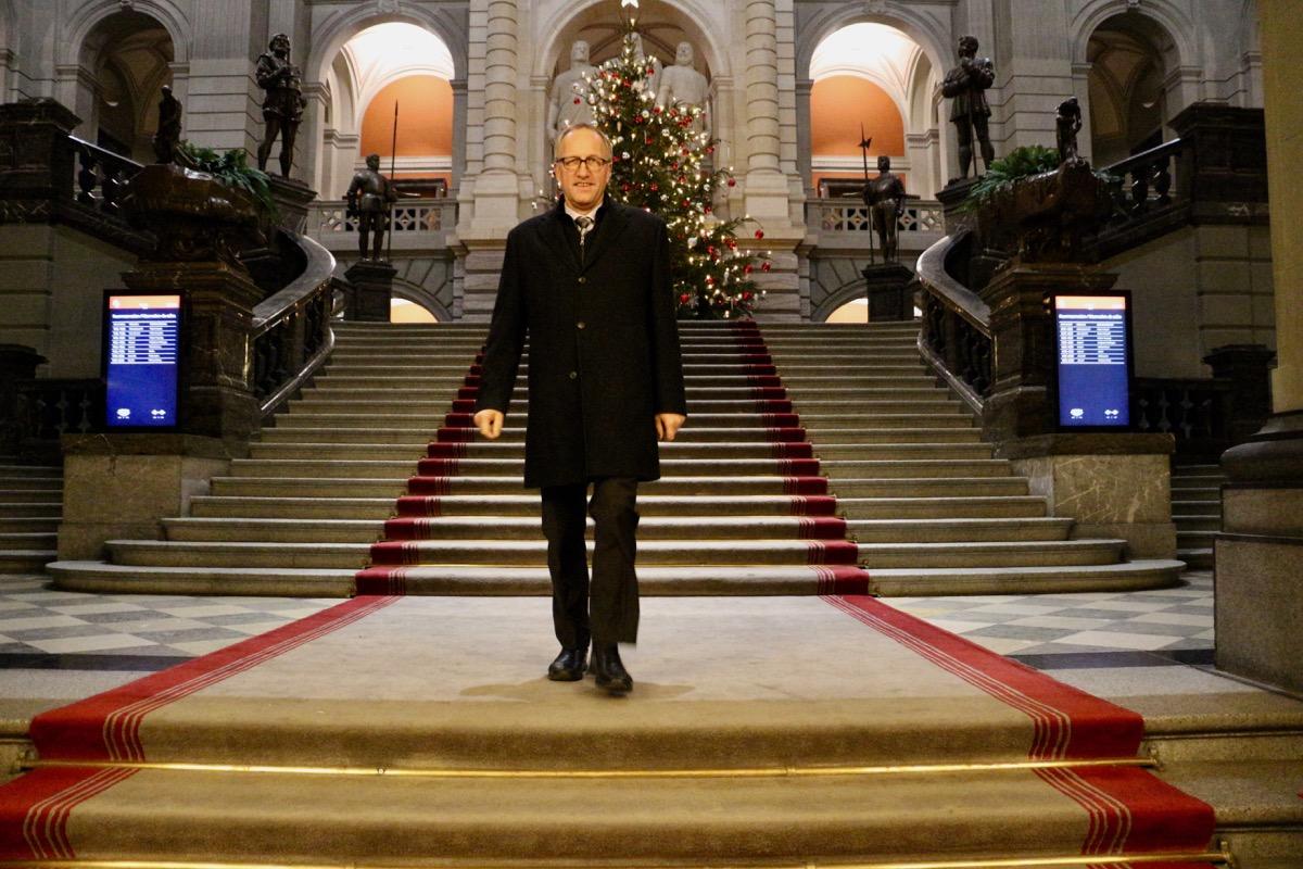 Peter Hegglin tritt aus dem bereits ziemlich leeren Bundeshaus.