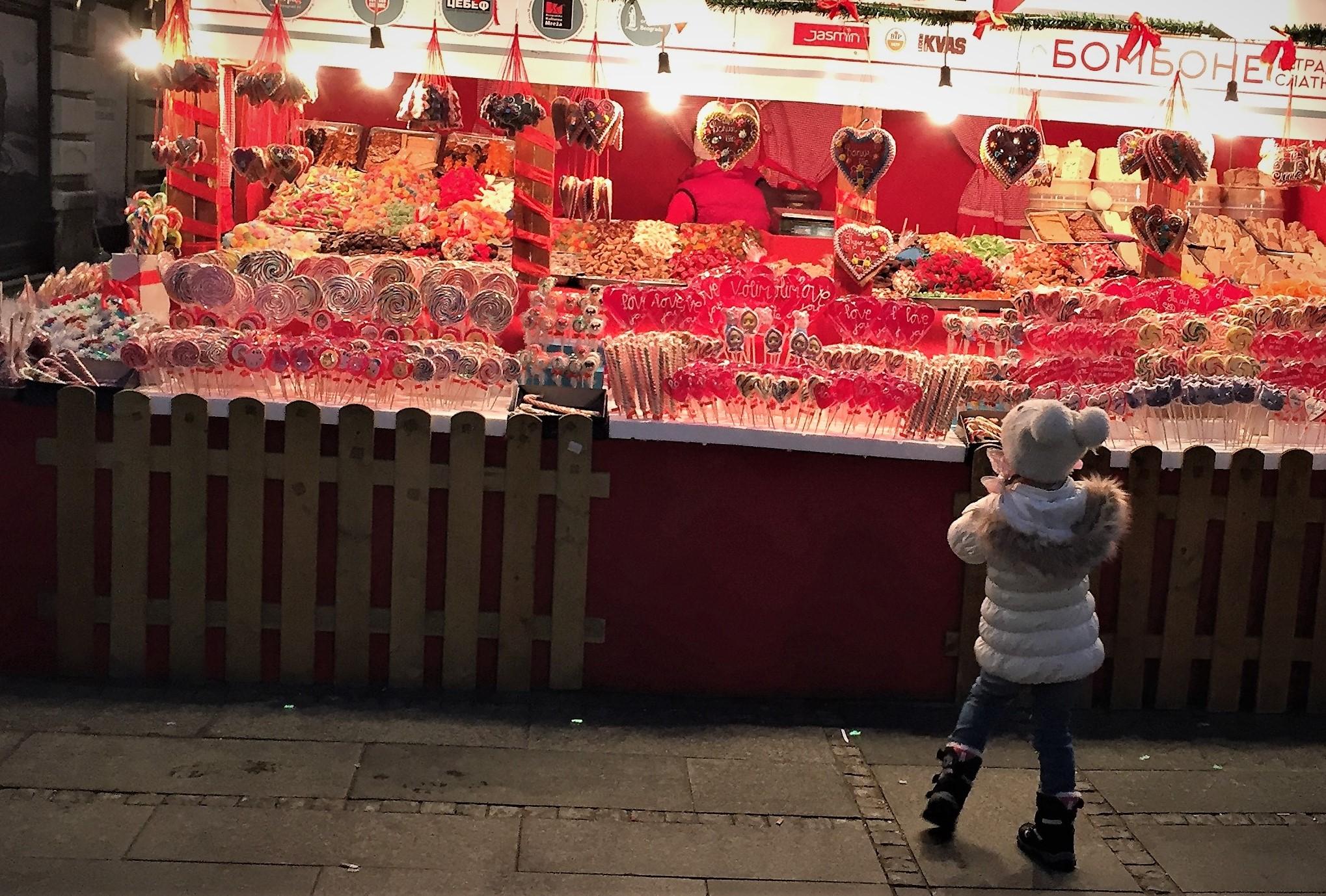In der Flaniermeile stehen Weihnachts-Chalets mit Schleckereien.