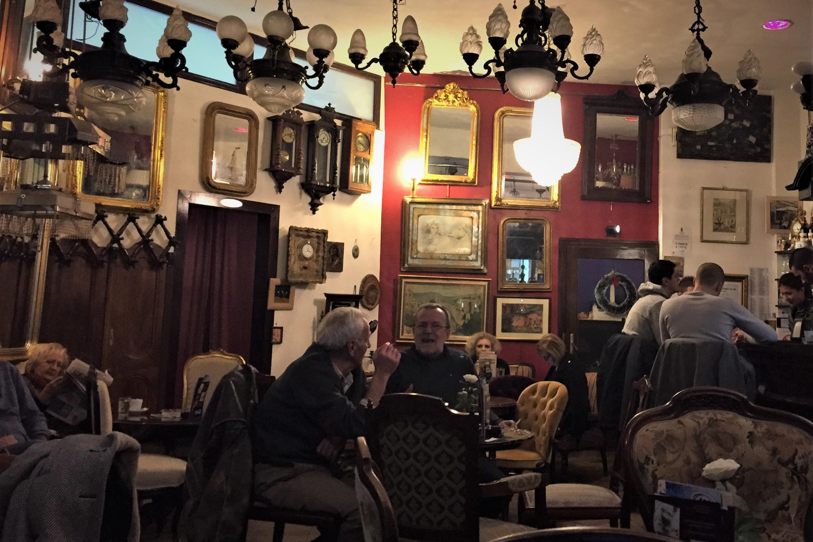 Charmantes Café mit vielen Antiquitäten und Technosound.