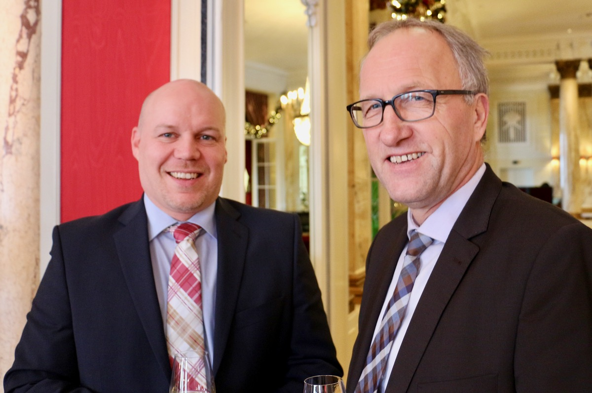 Der Präsident des Bäcker- und Confiseuren-Verbands, Silvan Hotz, unterhält sich mit Peter Hegglin.