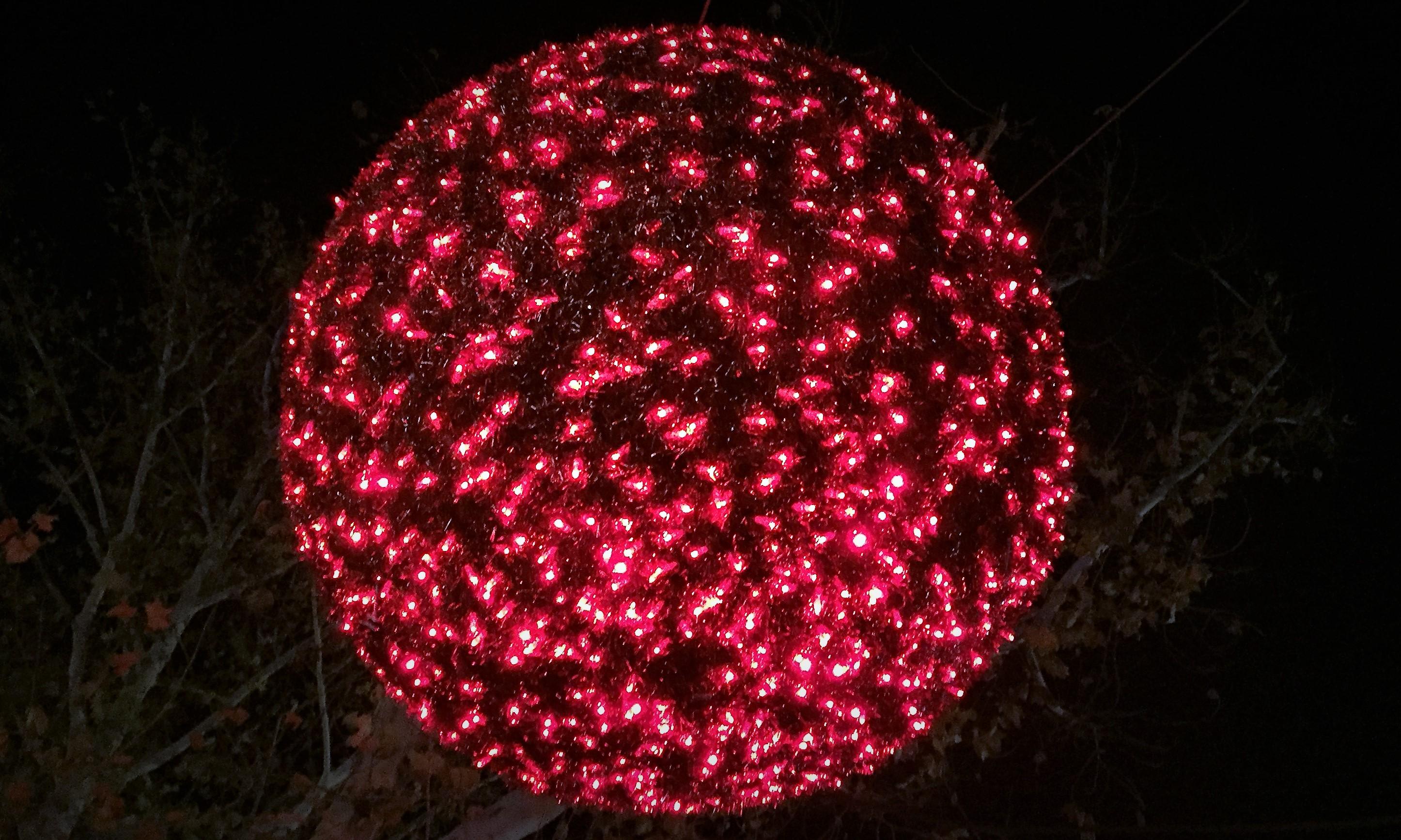 Kein fremder Planet, sondern meine riesige Lieblings-Weihnachtskugel.