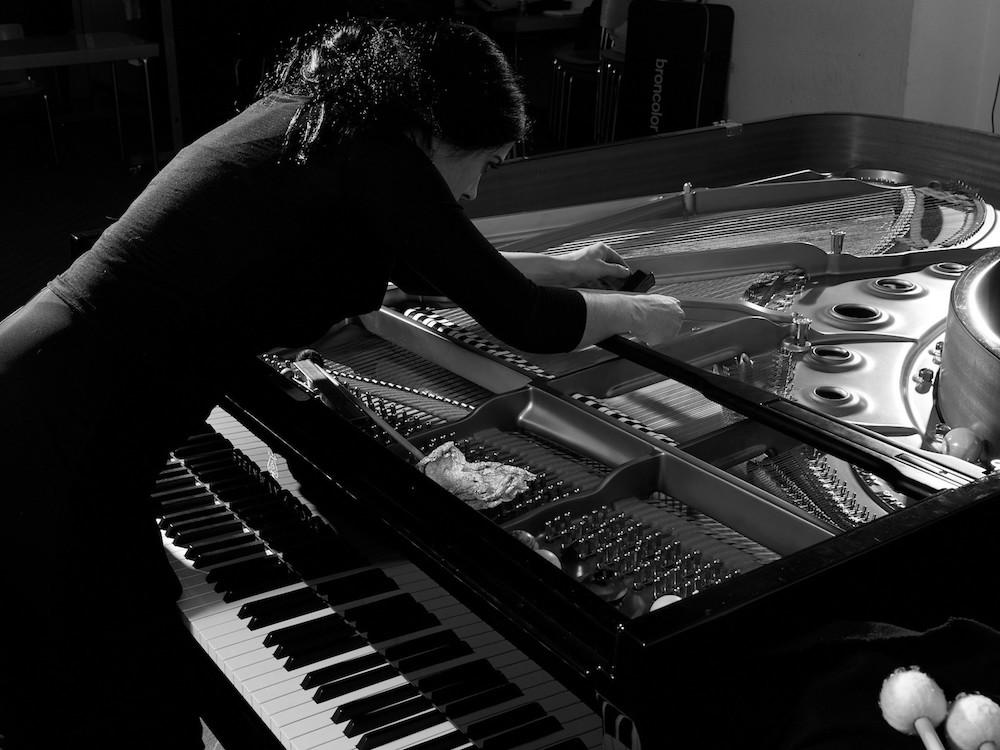 Am Arbeitsgerät wird hantiert: Die Pianistin Judith Wegmann widmet sich ihrem Flügel.