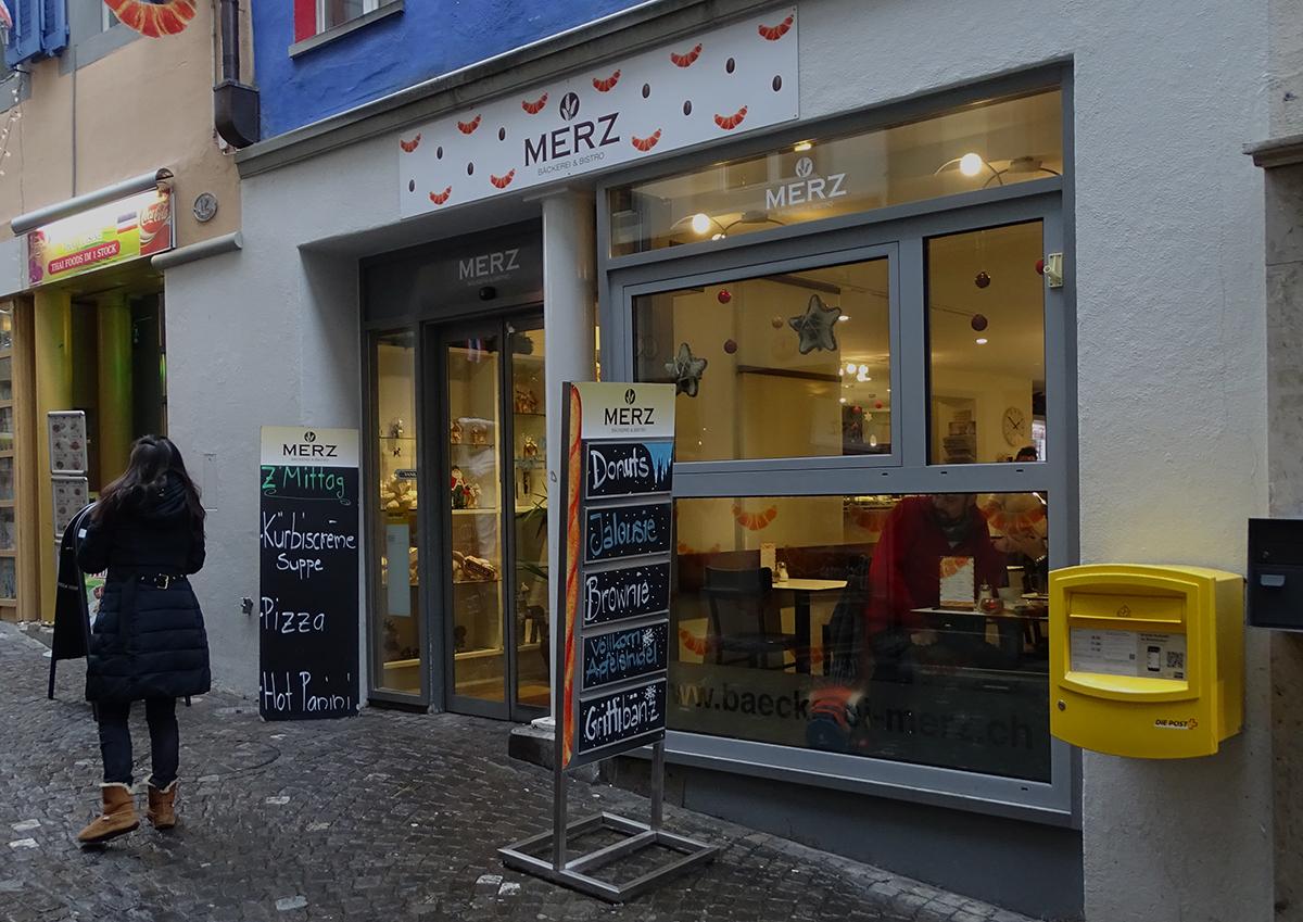 Die Bäckerei Merz in der Luzerner Altstadt: Zwischen Gipfeli und Kaffee werden auch hier Dienstleistungen der Post angeboten.