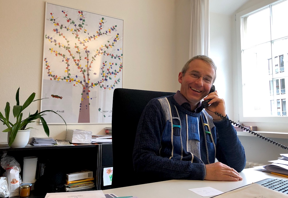 Immer freundlich und positiv: Pfarrer Ruedi Beck in seinem Büro.