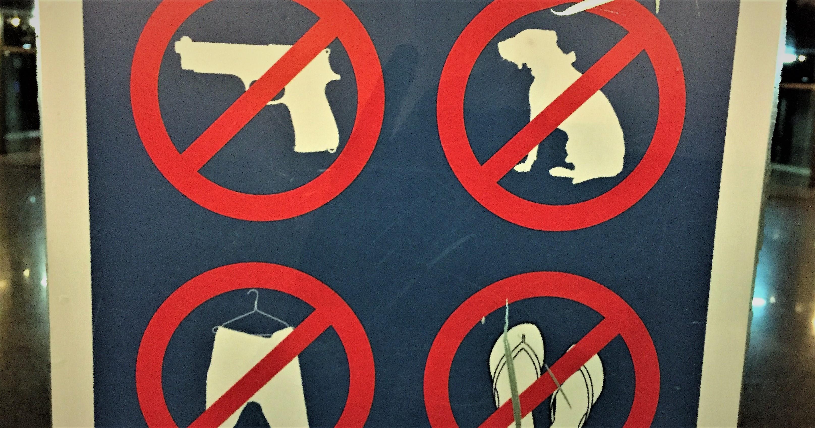 Klare Regeln: Weder Hund noch Waffen!