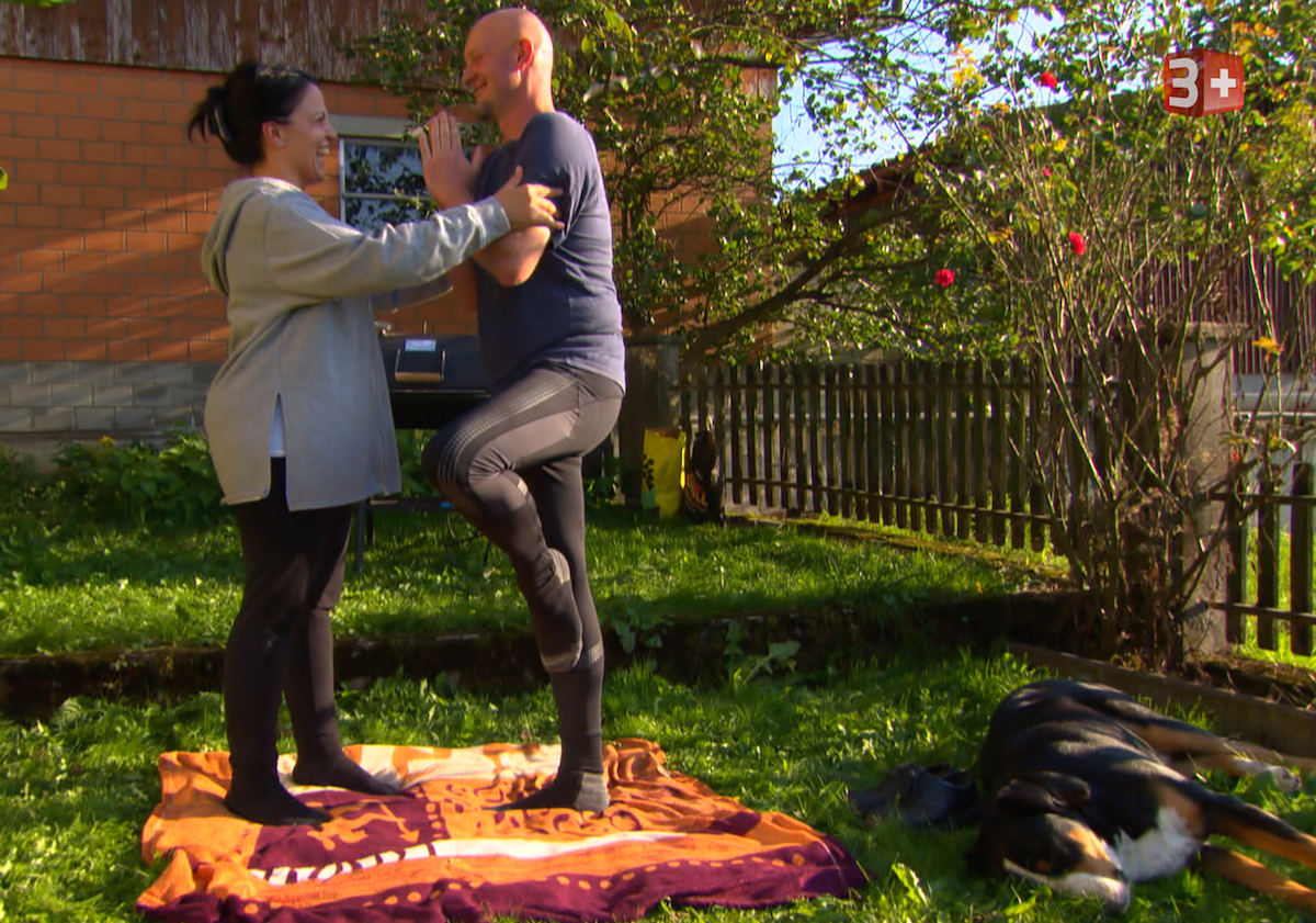Hofdame Pia bringt Pirmin Yoga bei.