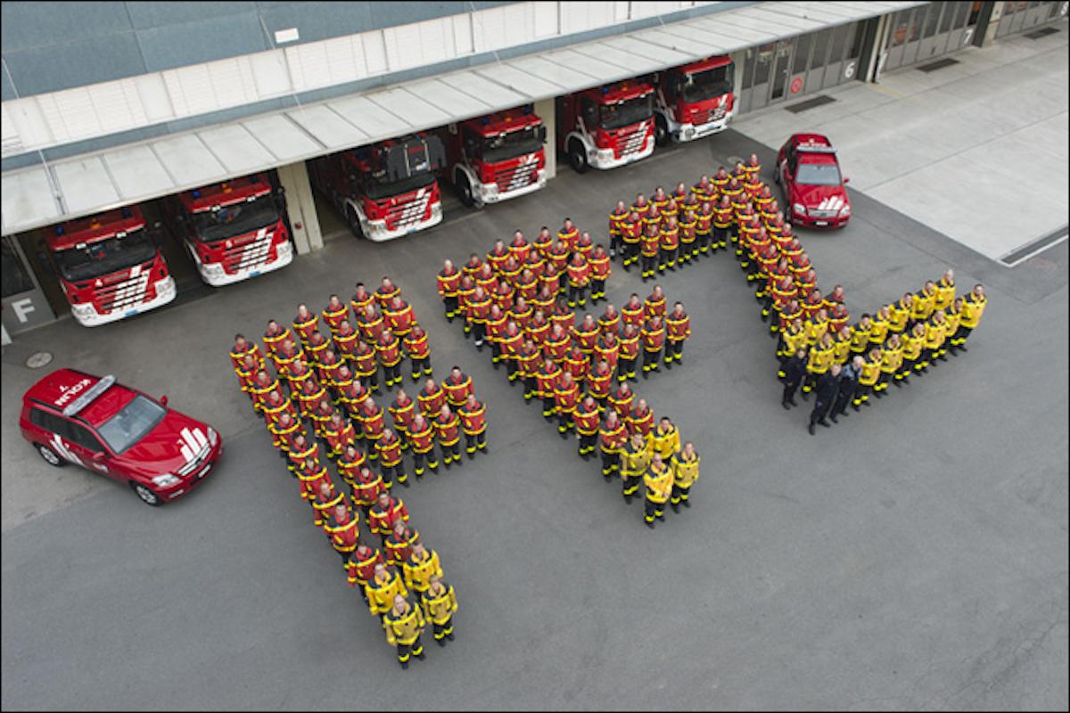 Die Feuerwehrmänner und -frauen der Freiwilligen Feuerwehr Zug (FFZ). Als Zuger Ortsfeuerwehr leisten sie ihre Dienste für den Verein unentgeltlich.