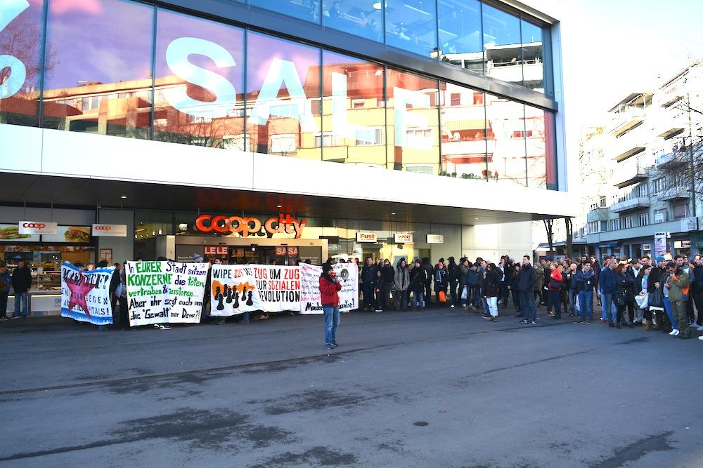 Am 23. Januar 2016 versetzte die unbewilligte Kundgebung gegen das Weltwirtschaftsforum (WEF) die Stadt Zug in helle Aufregung. Foto: Die Demonstranten vor dem Coop am Bundesplatz.