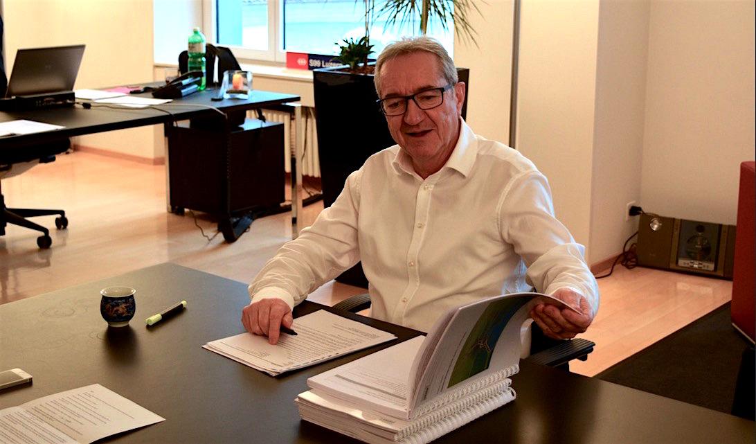 Der Luzerner Regierungsrat Robert Küng studiert das Agglomerationsprogramm. (Bild: les)
