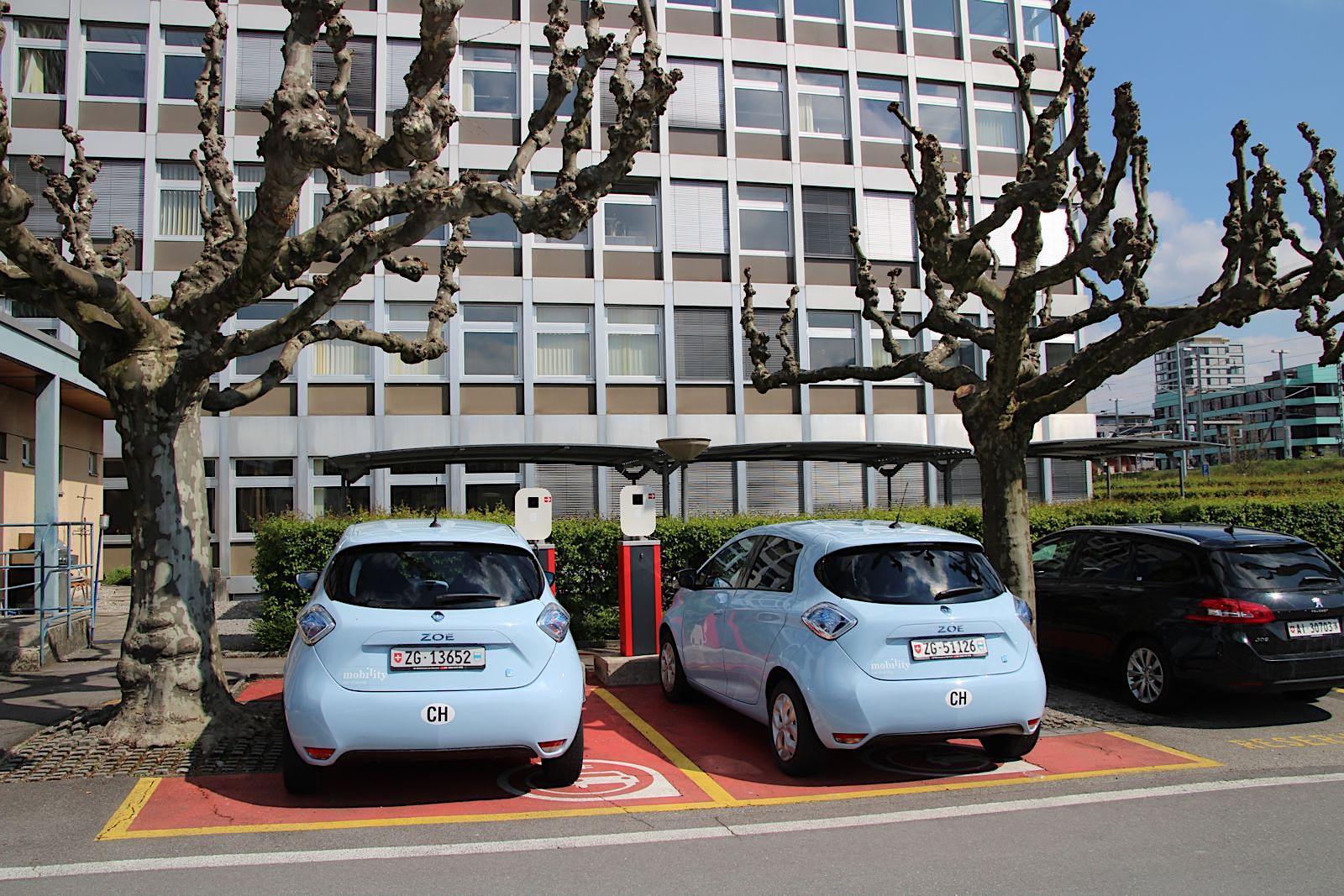 Idyllisch unter Bäumen parkiert: Die Elektroautos von Mobility. Leider fährt nur ein minimaler Prozentsatz der Zuger elektrisch.