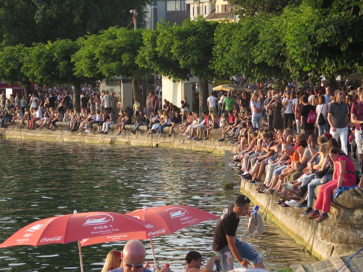 Erst wenn es am Ufer keinen Sitzplatz mehr gibt, hat das Seefest richtig angefangen.