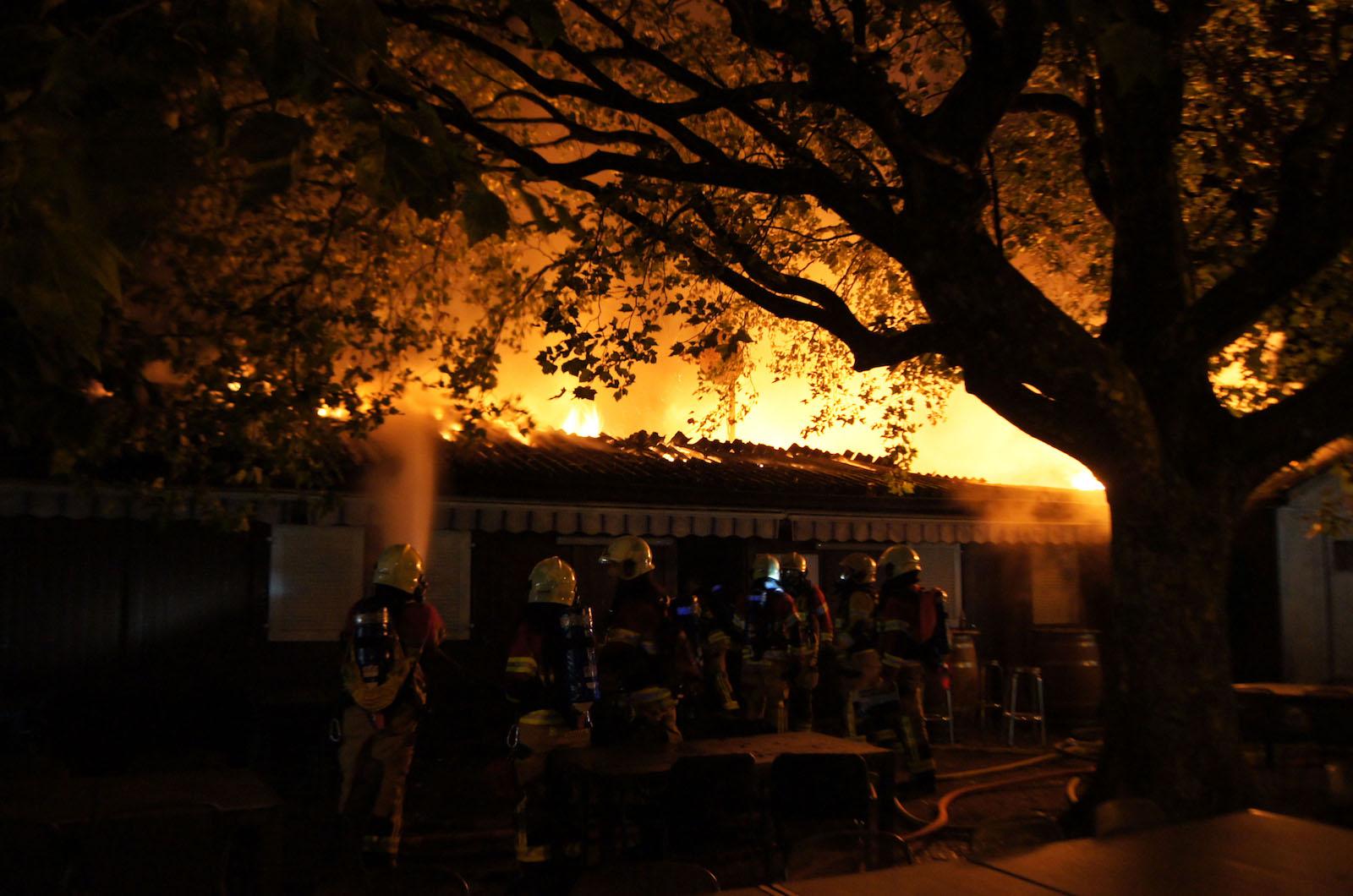 Die Feuerwehr bei den Löscharbeiten am «Centro Españo» an der Chamerstrasse.