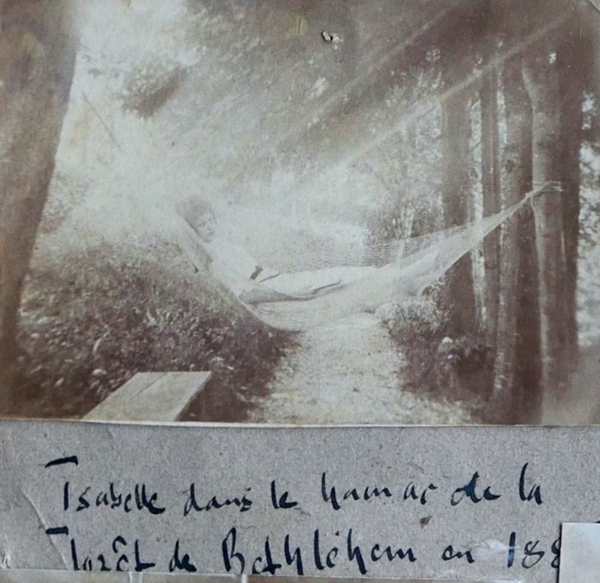 Isabelle Kaiser in der Hängematte auf dem Anwesen der Familie in Zug.