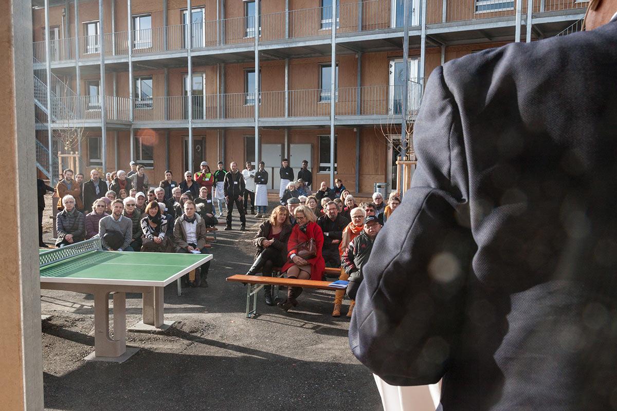 Zahlreiche Anwohner und Mitarbeiter des Kantons besuchten die Eröffnung des Asylzentrums Grosshof.