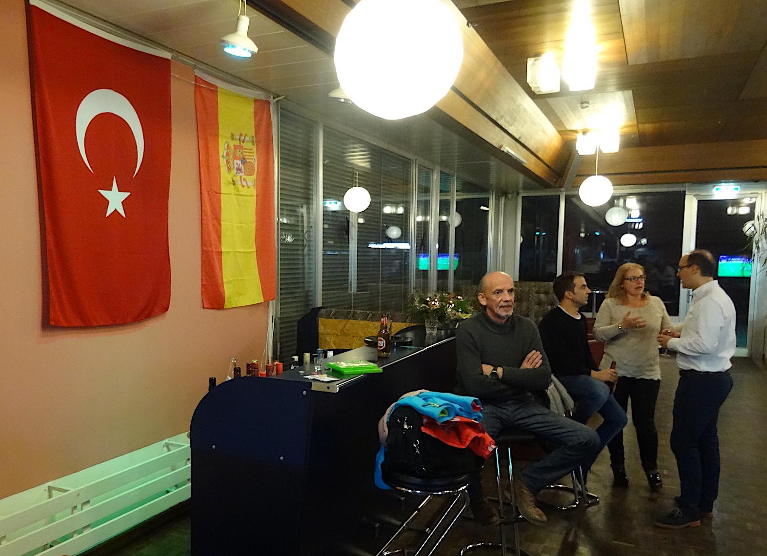 Türkische Flagge neben der spanischen im alten Zuger Kantonsspital.