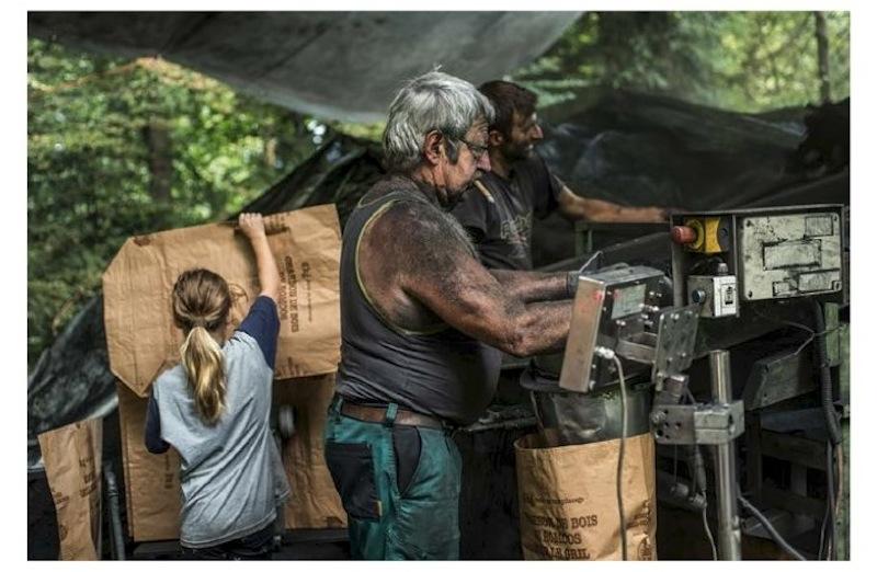 Beim Abpacken der Kohle für den Verkauf helfen alle mit.