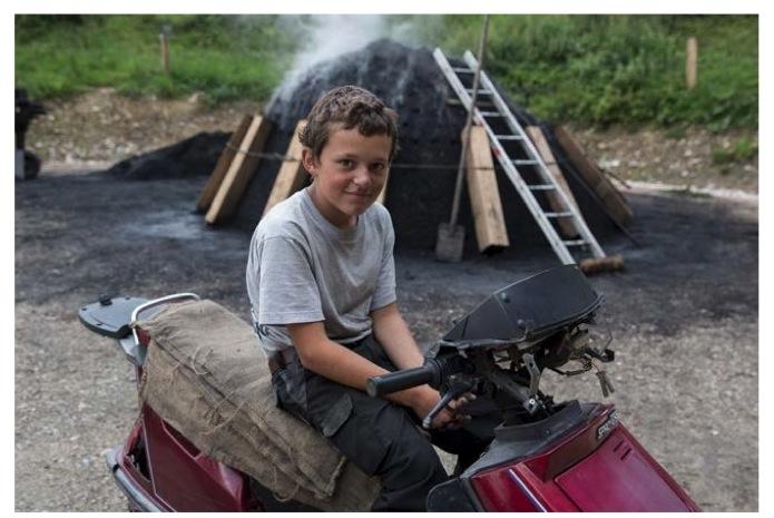 Lukas Thalmann ist mit zwölf Jahren der jüngste Köhler.