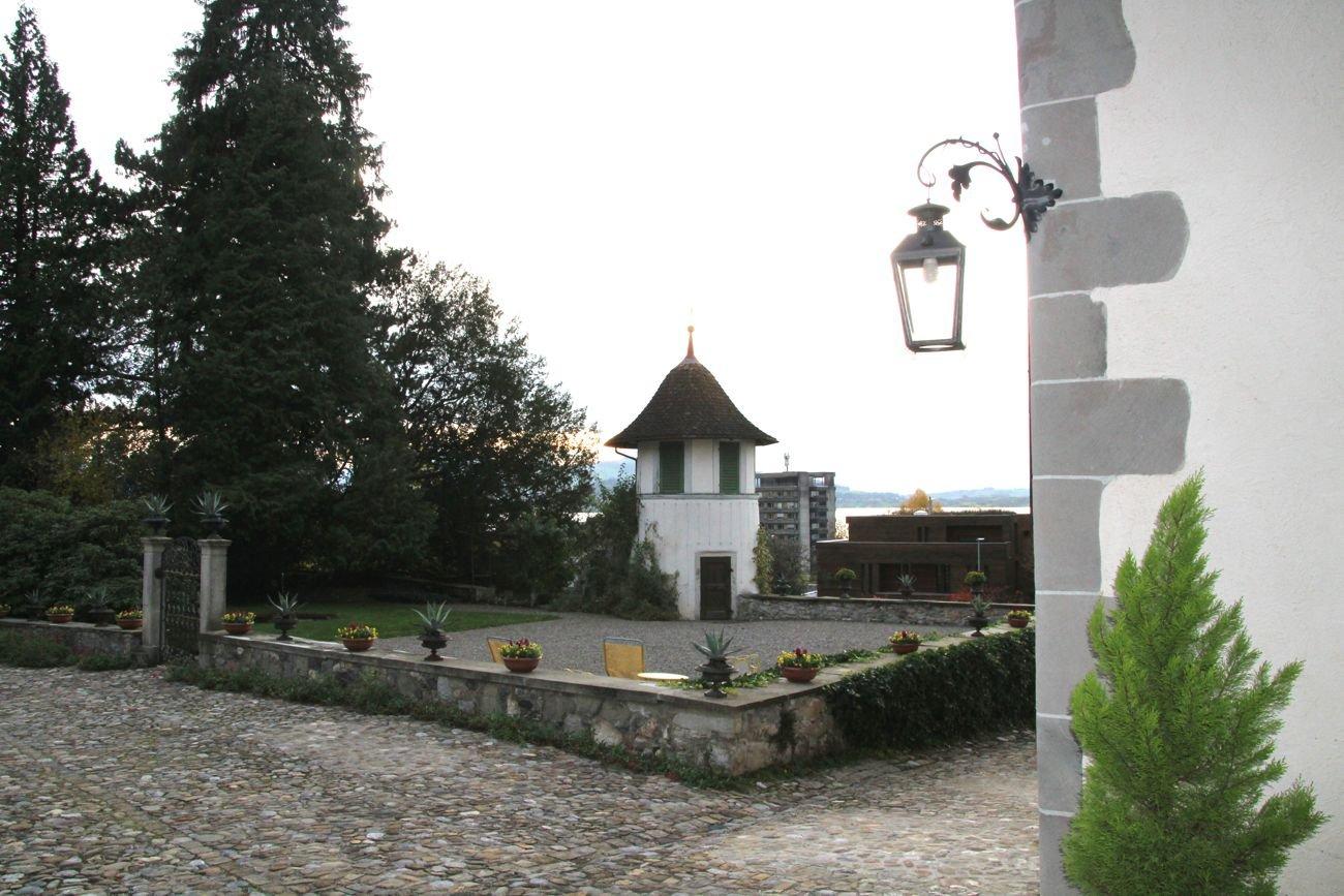 Das kleine Schnaps-Türmchen im Garten mit Springbrunnen.
