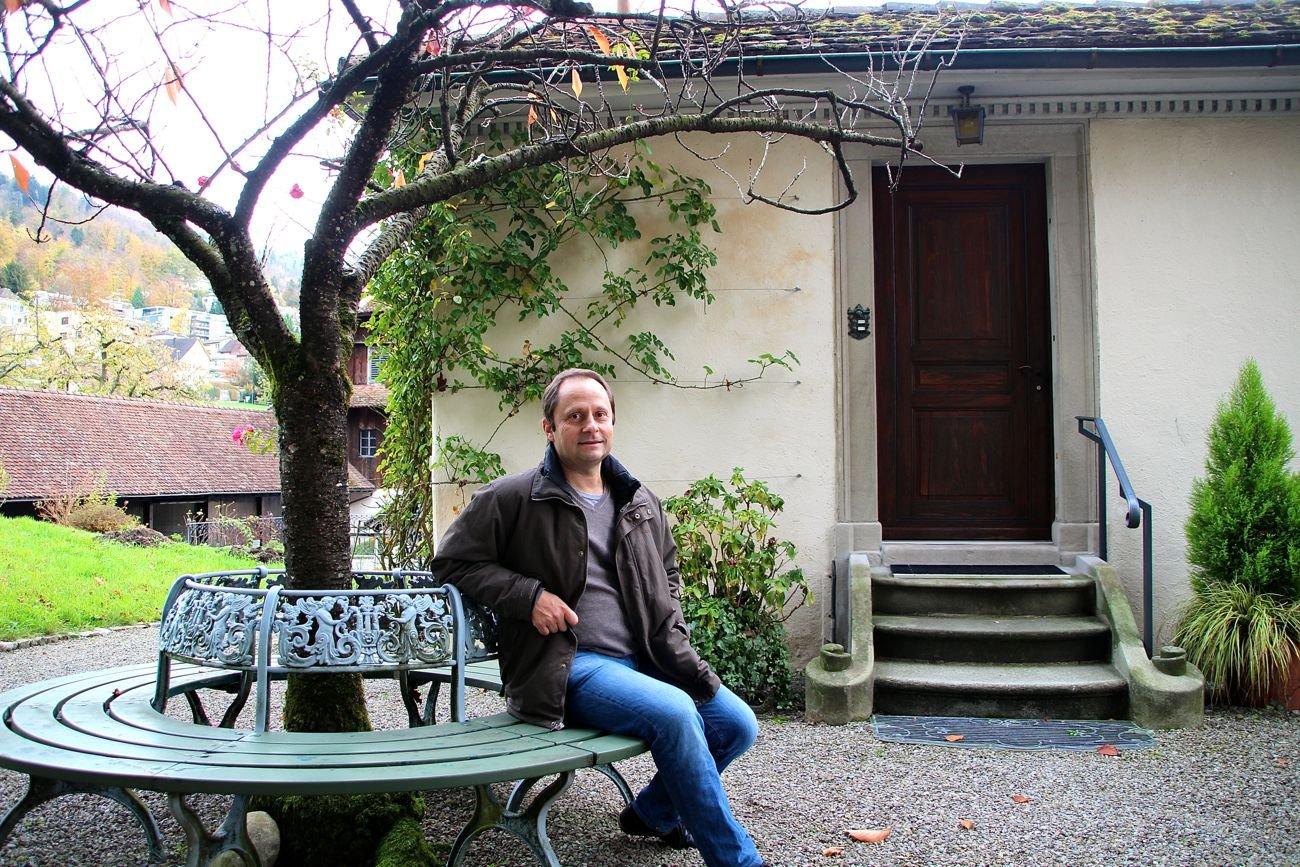 Martin Bossard vor dem Nebeneingang des Zurlaubenhofs.