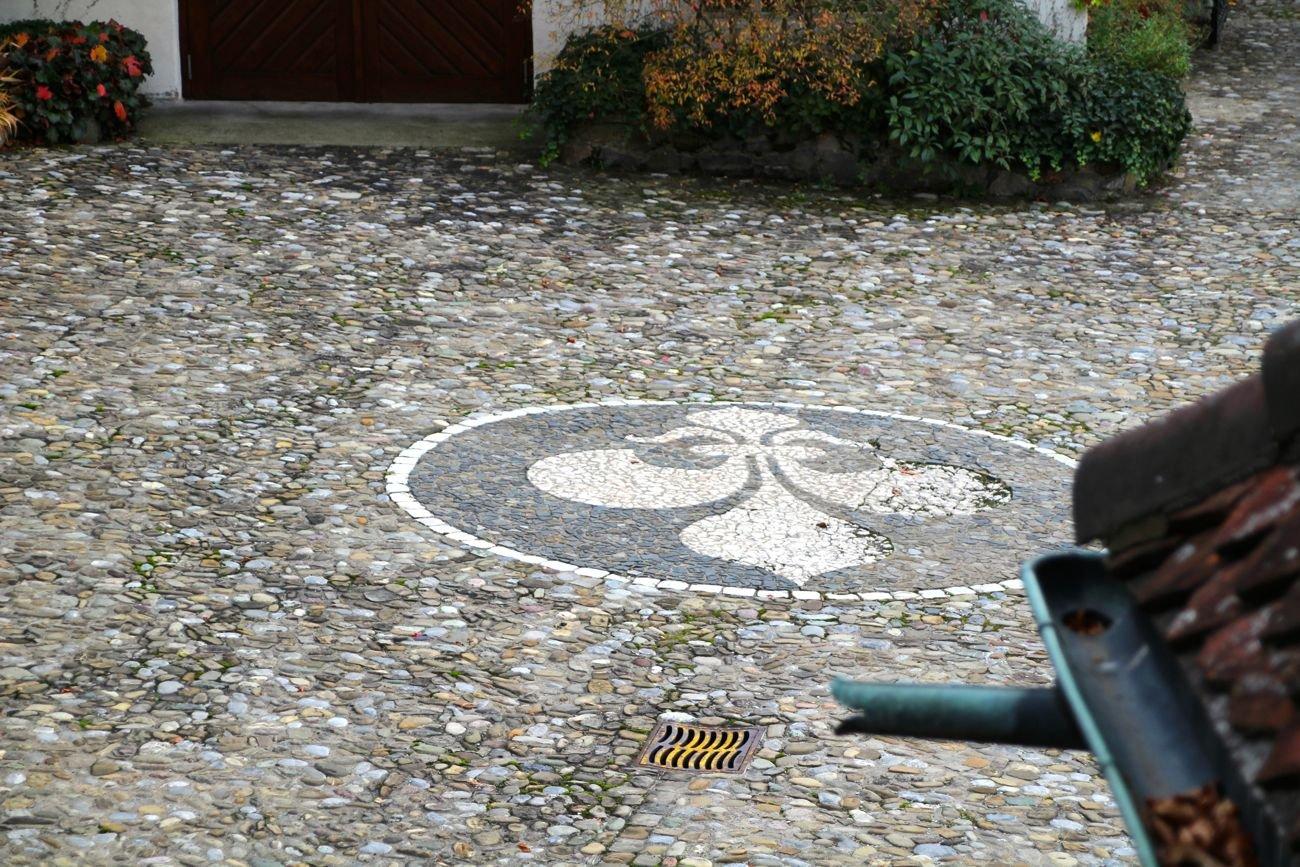 Die Lilie der französischen Bourbonen-Könige. Familie Zurlauben durfte sie im Wappen tragen.