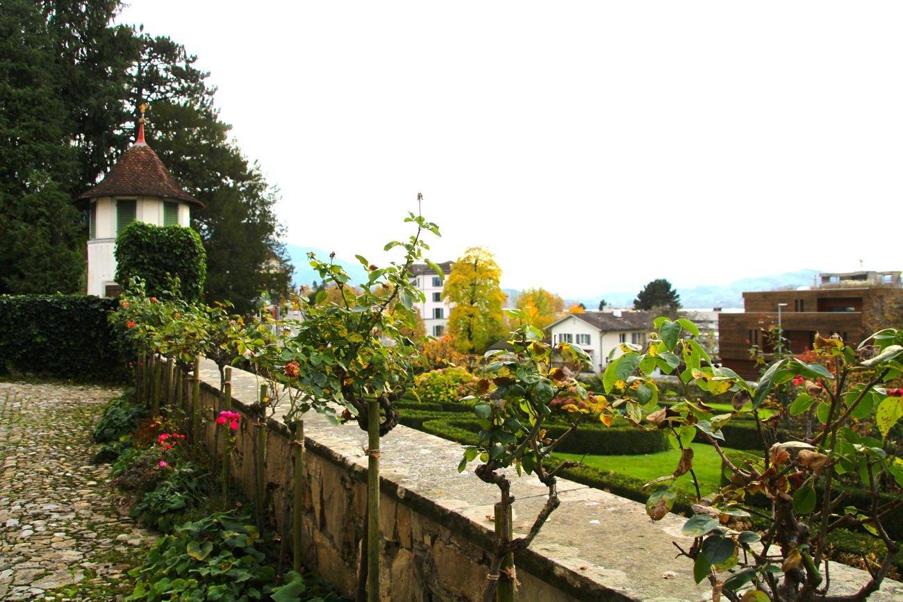 Blick in den Garten des Zurlaubenhofs.