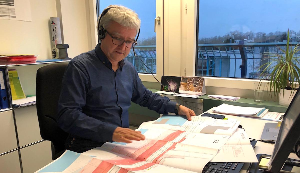 Herr der Brücken und Pläne: Bauingenieur András Özvegyi im Büro in der Tribschenstadt.