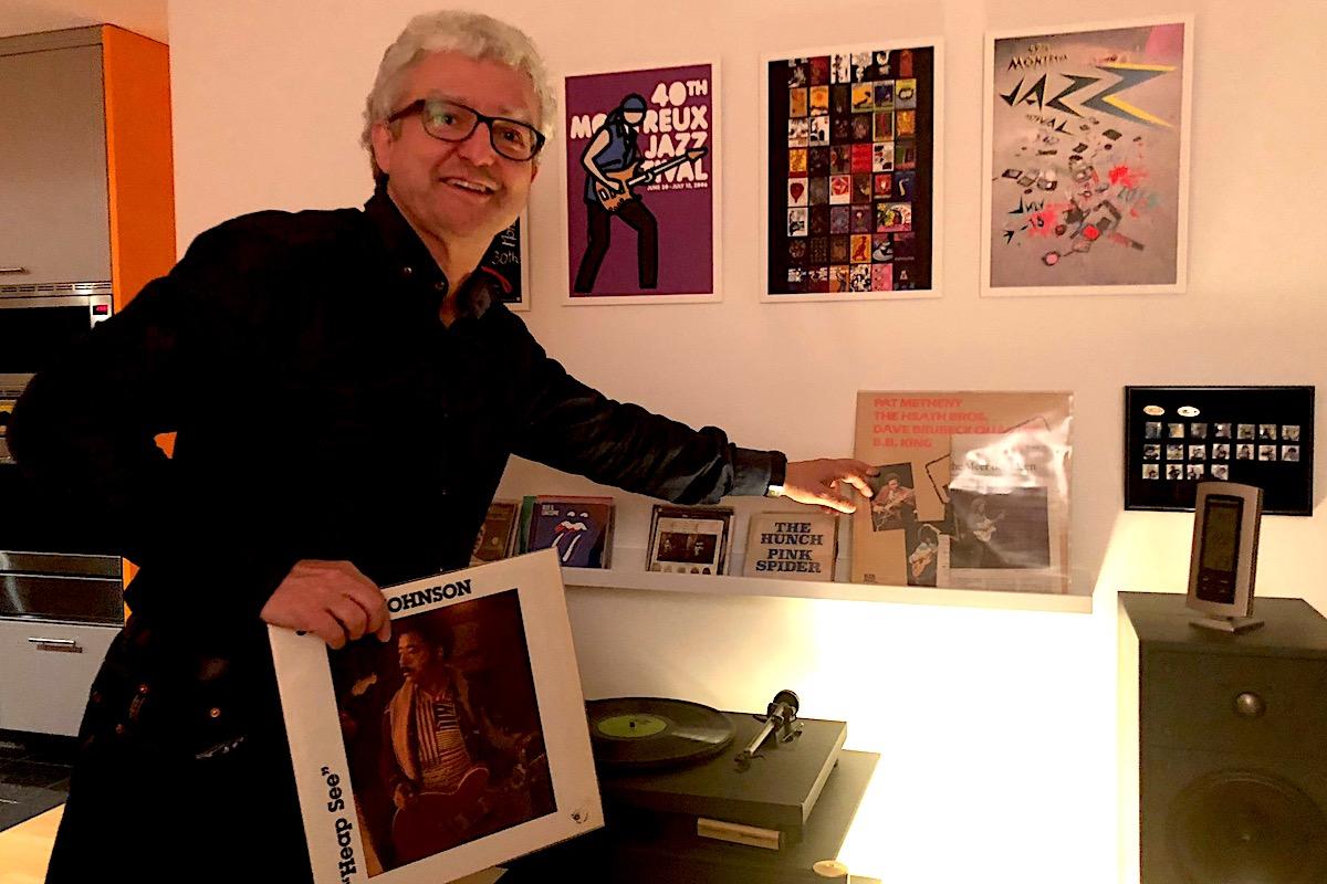 Der Bluesfan: András Özvegyi in seiner Musikecke vor Montreux-Plakaten.