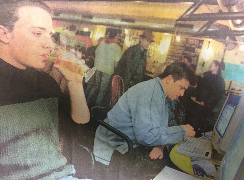 Die coolen Kids 1999 beim Chatten und Biertrinken im Parterre.
