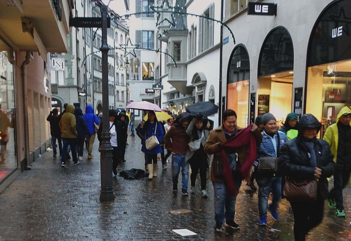 Mit Regenpelerinen oder Regenschirmen gewappnet: Touris lassen sich von «Burglind» nicht unterkriegen lassen.