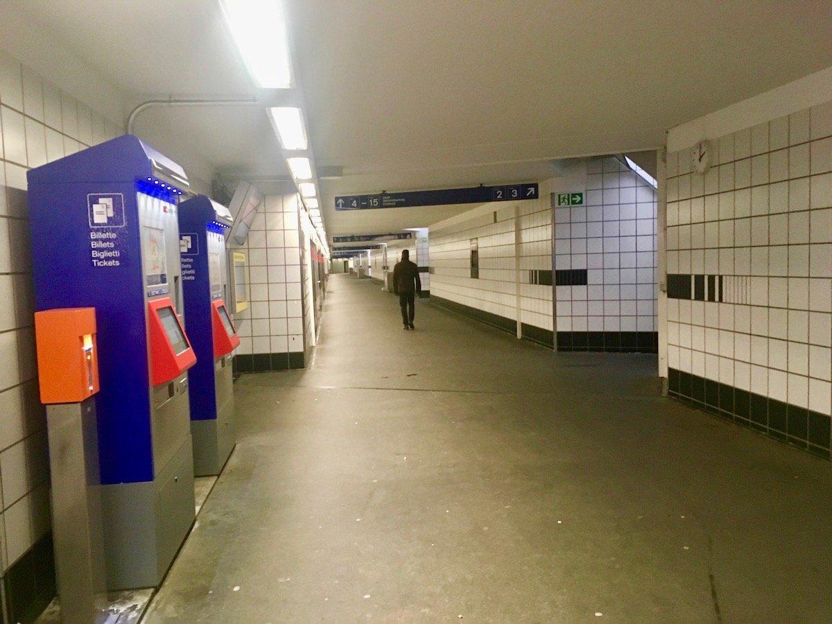 Wo ist die kleine Uhr? Die Leute vor den Billettautomaten haben sie im Rücken. Ebenso die Leute, die von den Gleisen 2 und 3 kommen.