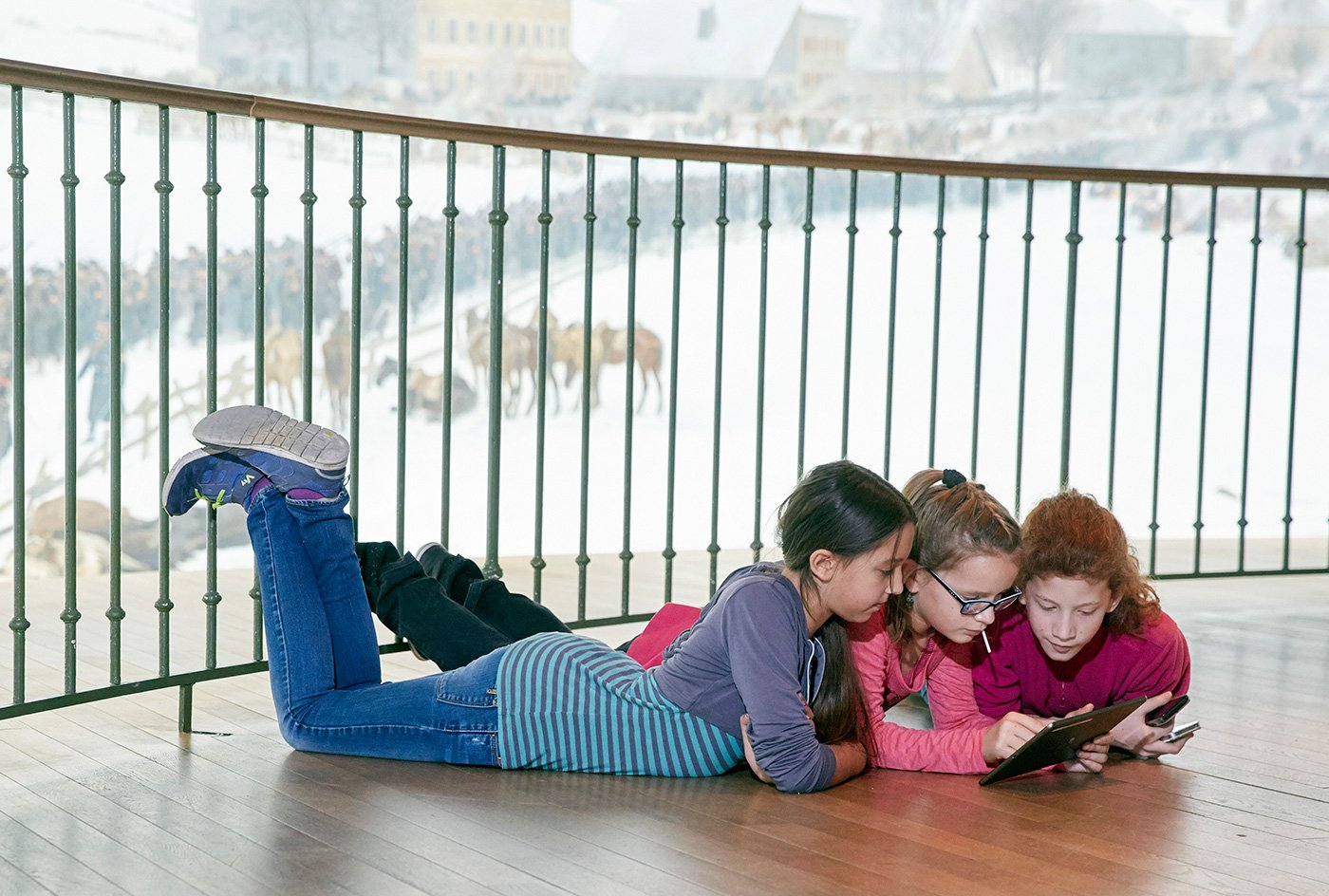 Gern gesehene Gäste: Kinder mit Tablet vor dem Rundbild im Bourbaki-Panorama.