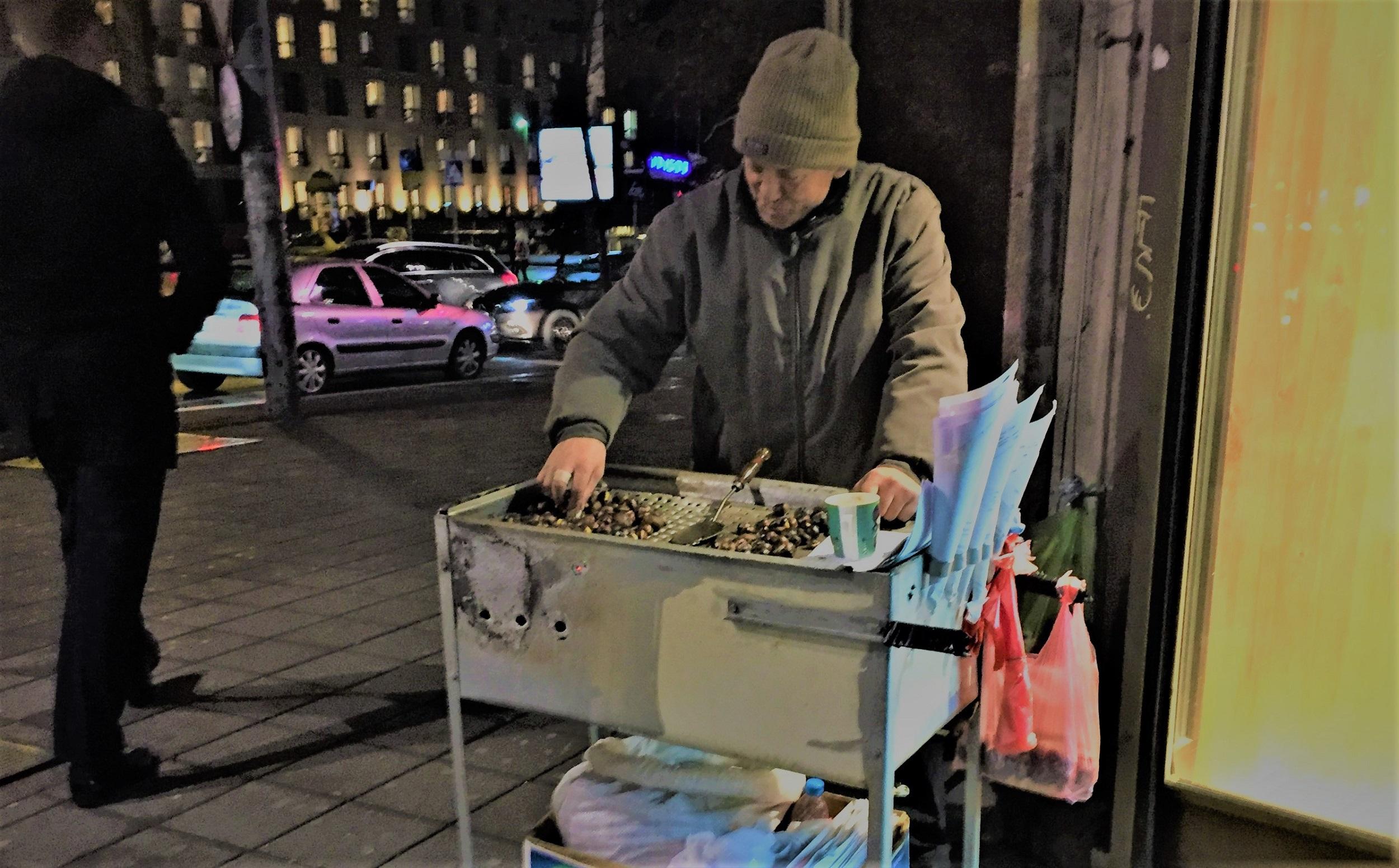 Bei den Strassenverkäufern gibt's Marroni oder Mais.