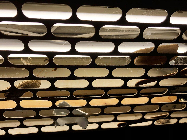 Das Gitter im Liftdach verbirgt ein paar Geheimnisse: ein Nüssli, ein Brötchen und ein Zigipäckli.