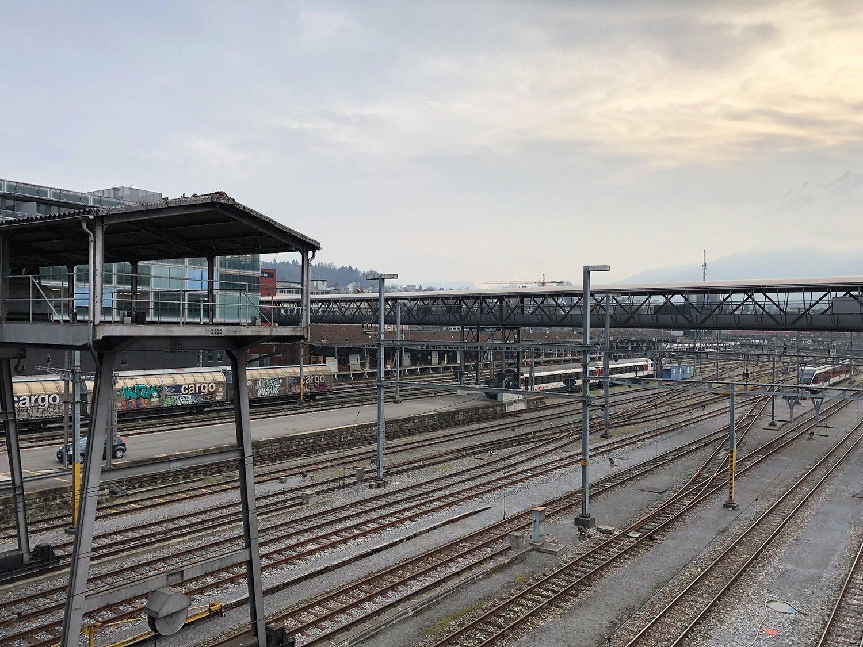 Wandern für Ferrophile: Vom Steg hat man eine prächtige Aussicht auf das Gleisfeld.