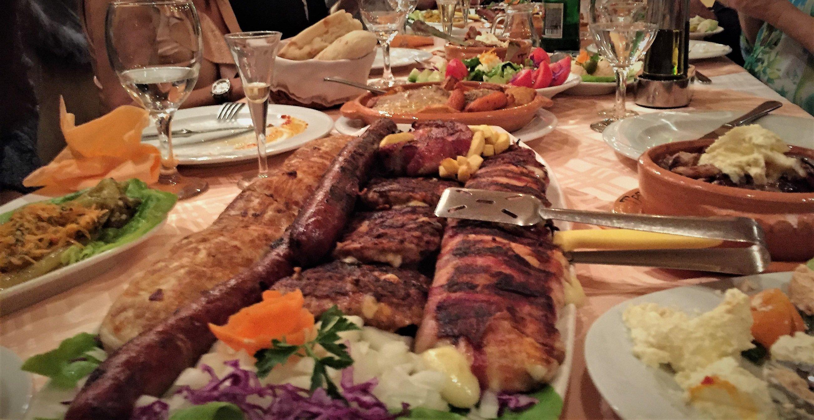 Hauptgänge in tradtionellen Restaurants bestehen vorwiegend aus Fleisch.