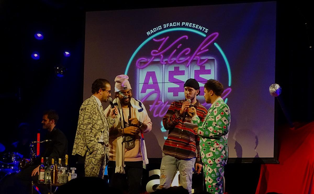 Die beiden Moderatoren David Roth (ganz links) und Samuel Konrad (ganz rechts) mit den beiden Siegern des letztjährigen Kick Ass Awards: «Little Miss Sunshine» aka Feliciano Ponce (2. v.l.) und TBRW (2. v.r.)