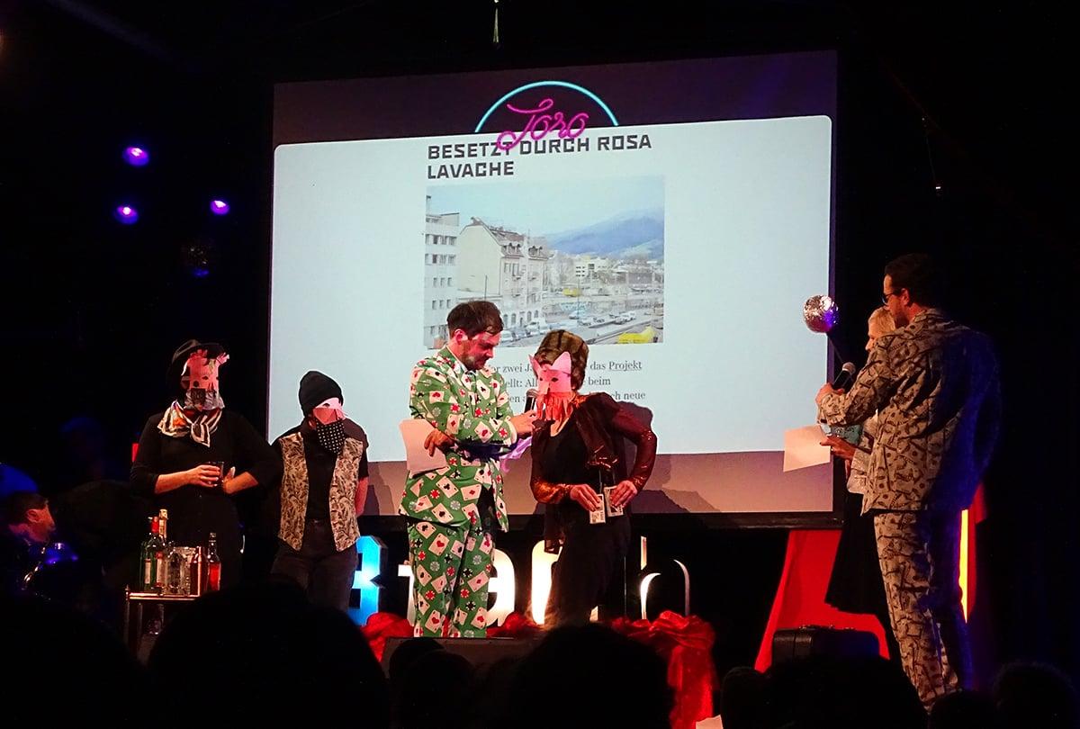 Einige Aktivisten von «Rosa Lavache», die die Bühne maskiert betraten und Manuela Jost, GLP-Stadträtin, mit Geschenken überhäuften.