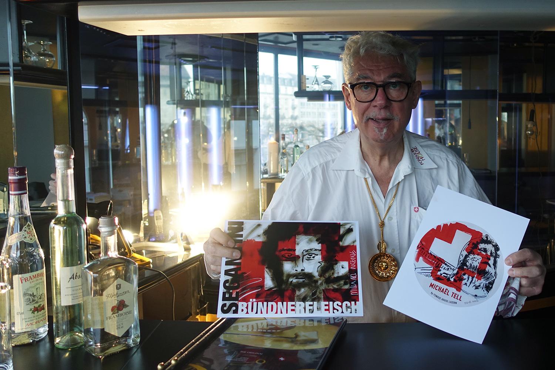 Hans P. Wanner mit den Logos seiner geschützten Käse- und Fleischspezialitäten.