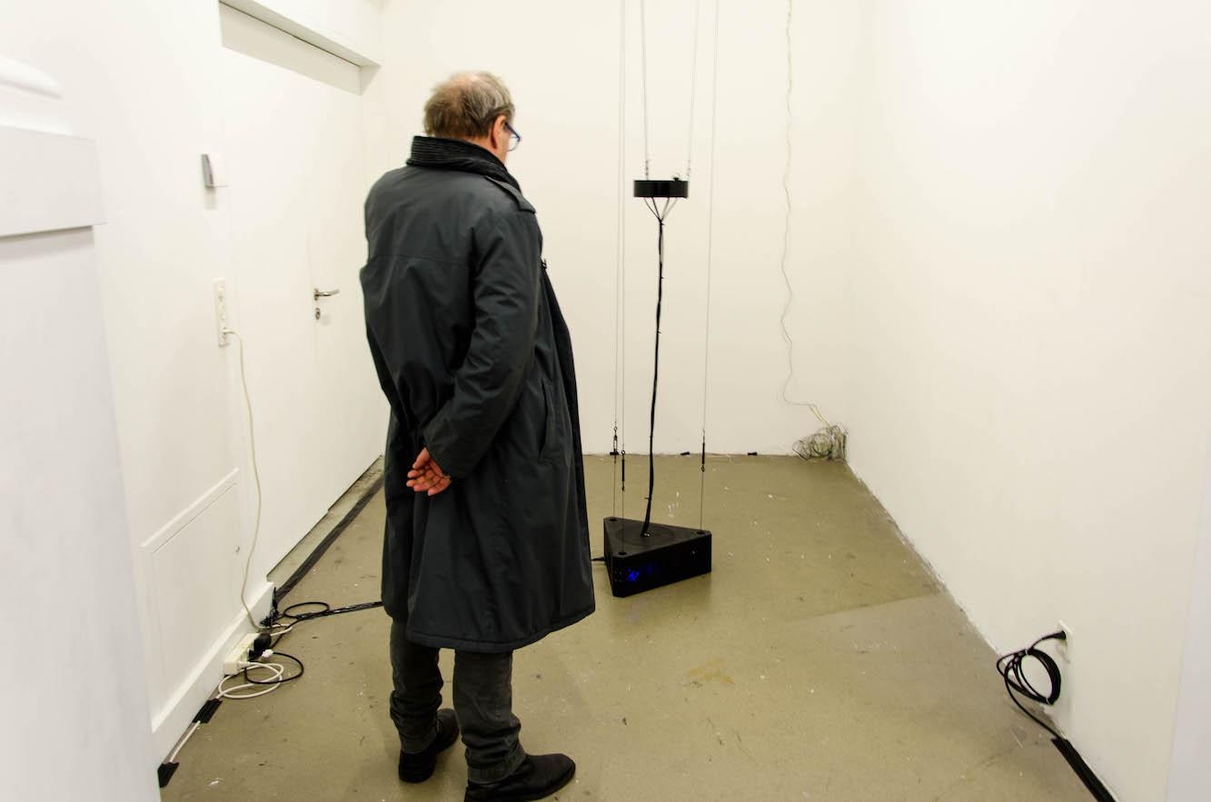 Ein Besucher betrachtet die Kunst von David Herren.