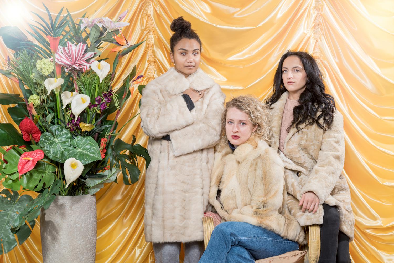 Sie verkörpern die «Göttinnen des Pop»: Alina Vimbai Strähler (stehend), Sofia Elena Borsani (Mitte) und Anna Rebecca Sehls.