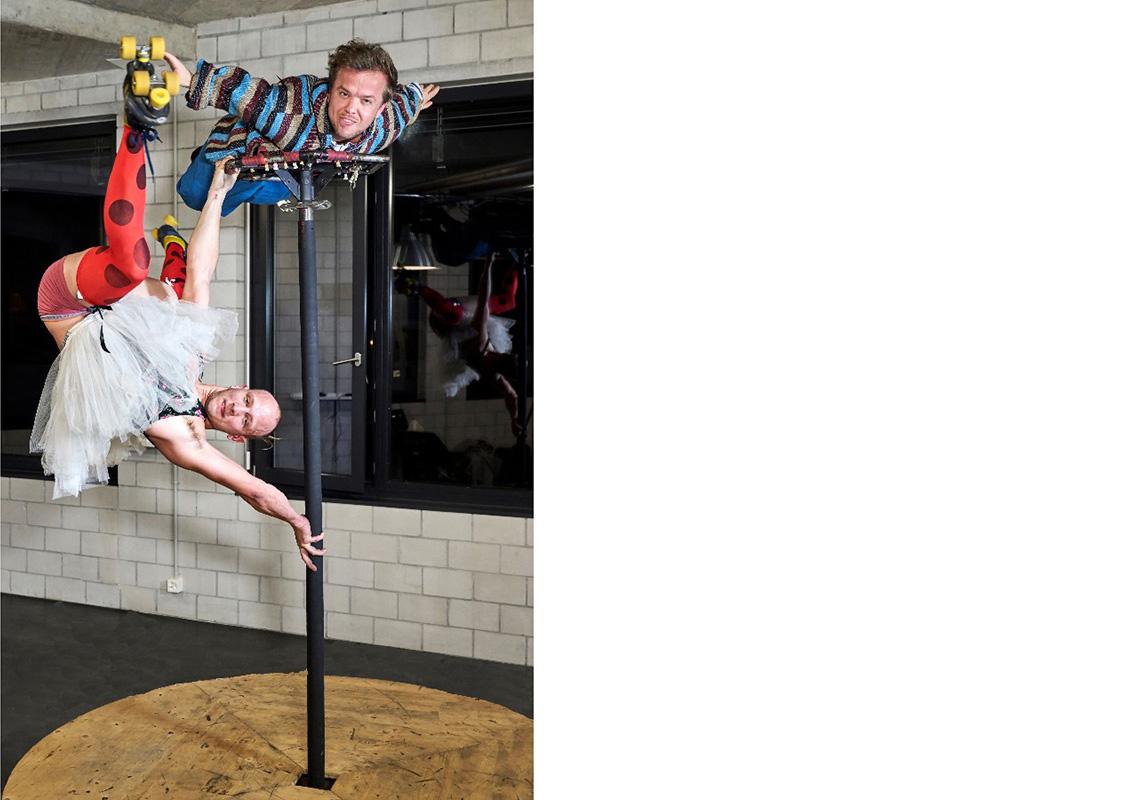 Noah Egli und Cyrill Michel (oben) bringen mit clownesker Akrobatik die Komödie in die Tragödie.