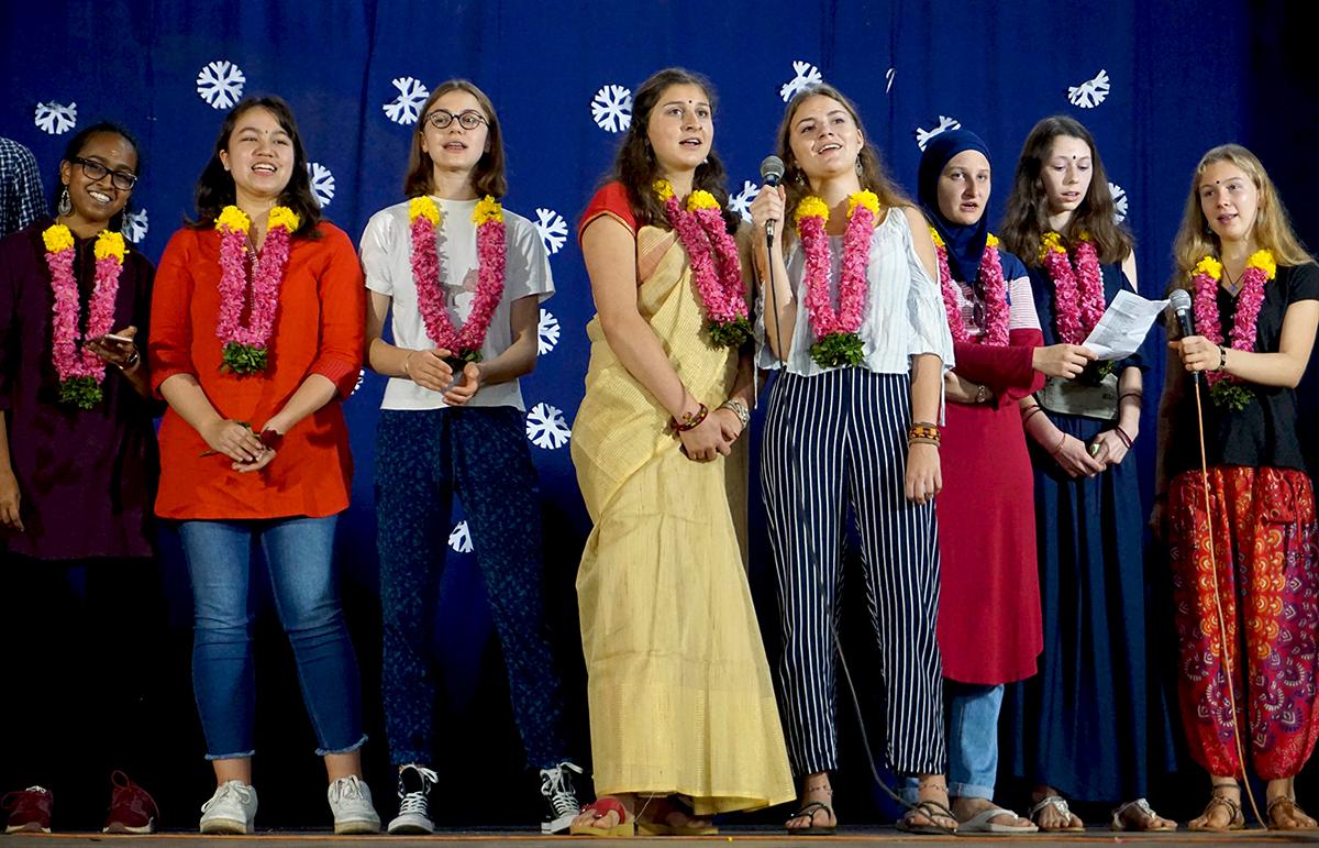 In der Mitte: Die 16-jährige Mena Niederer, ganz in gelb gehüllt, die gemeinsam mit 18 anderen Schülern Südindien besuchte.