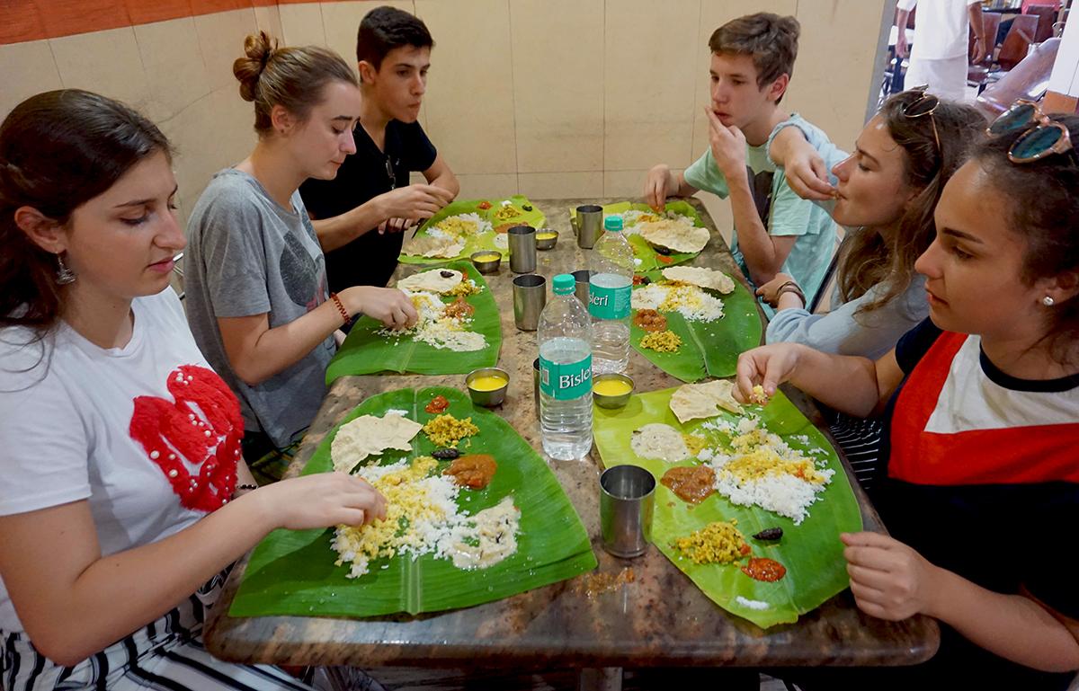 Typisch indische Küche: Curry, das auf Bananenblätter serviert wird, und von Hand verspiesen wird.