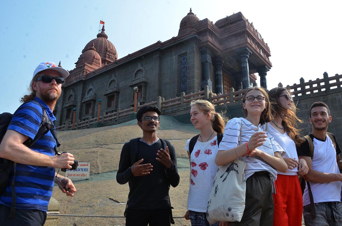 Die Schüler der Kantonsschule Alpenquai in Kanyakumari – dem meistsüdlich gelegenen Platz Indiens. Ganz links im Bild: Tommi Mendel, Koordinator des Austauschprojekts.
