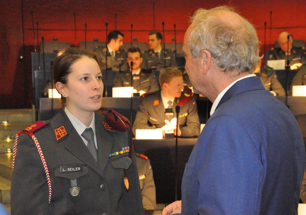 Paul Winiker im Gespräch mit einer Unteroffizierin.