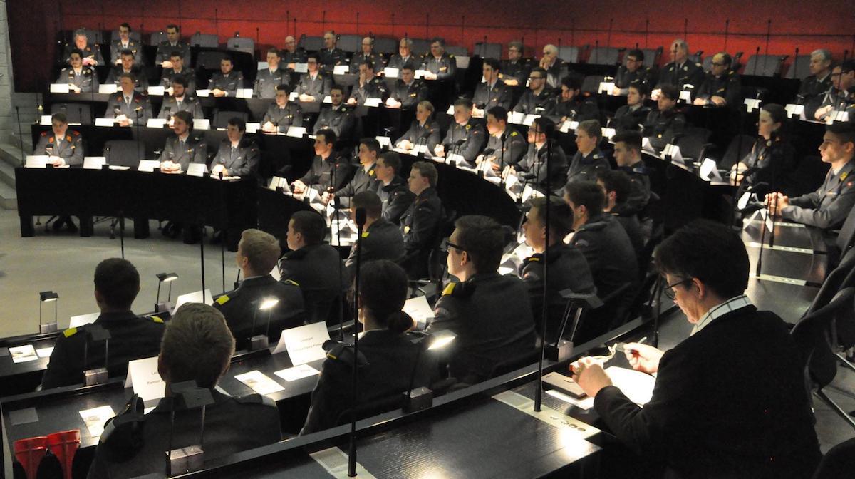 Die Armeeangehörigen im Luzerner Kantonsratssaal.