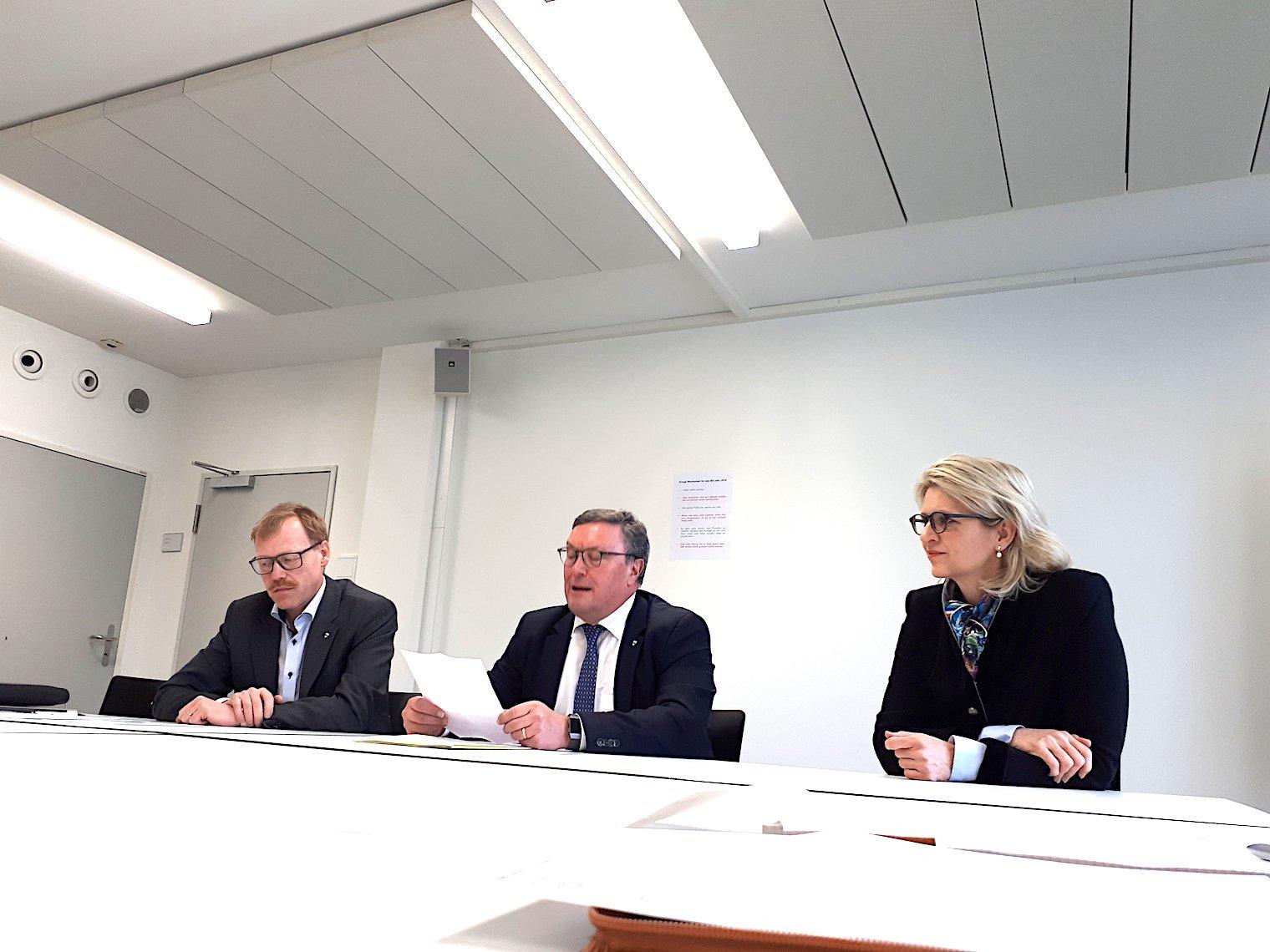 Freisinnige Zuger Spitzenleute: Andreas Hostettler, Präsident der FDP des Kantons Zug (links), Urs Hürlimann, Baudirektor FDP, und Birgitt Siegrist, Präsidentin der FDP-Frauen.