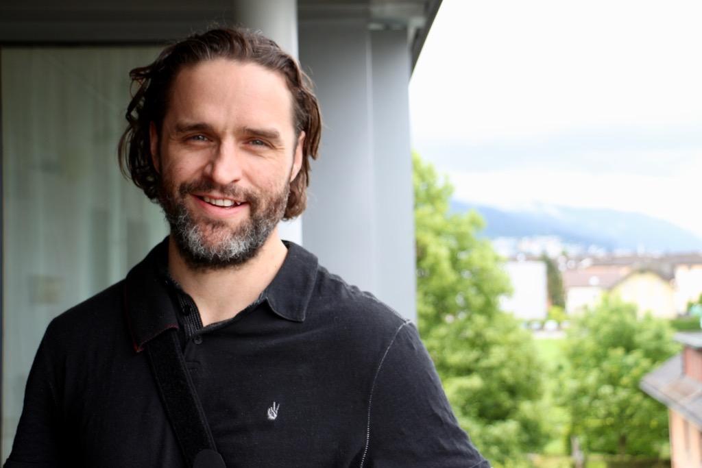 Josh Holden posiert auf seinem Balkon in Baar.