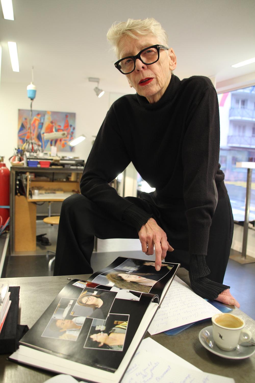 In einem Katalog hat Brigitte Moser die gemeinsame Modenschau mit Christa de Carouge verewigt.